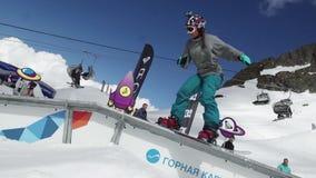 De dia van het tiener snowboarder meisje op sleep Karton kosmische voorwerpen Mensen zonnig stock footage