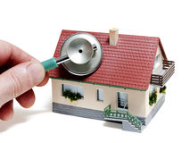 De diagnostiek van het huis. Model huis met hand en stethoscoop stock afbeeldingen
