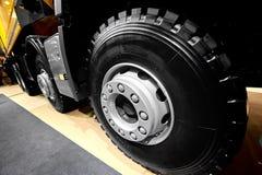 De diagonale mening over de wielen en de banden van de kippersvrachtwagen met blured achtergrond De rand van het vrachtwagenwiel  royalty-vrije stock afbeeldingen