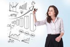De diagrammen van de bedrijfsvrouwentekening op whiteboard Royalty-vrije Stock Foto's