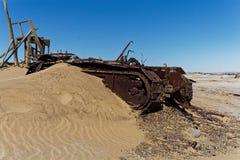 De diamantmijnen verlaten bulldozer van Namibië stock afbeeldingen