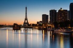 De dianteiro Seine e torre Eiffel na hora azul, Pari Foto de Stock