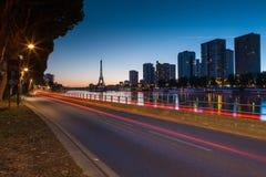 De dianteiro Seine e torre Eiffel na hora azul, Pari Imagem de Stock Royalty Free
