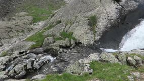 De dichte mening aan de bergrivier vloeit neer door de vallei en de dalingen Waterval in Altai-bergen stock footage