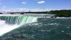 De dichte mening van Niagara valt smaragdgroen water bij daglicht en zonneschijn in de zomertijd stock footage