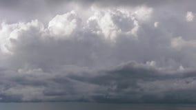 De dichte regen betrekt dicht stock video