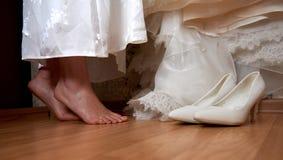 De dichte voeten van de huwelijksvoorbereiding van bruid royalty-vrije stock afbeelding