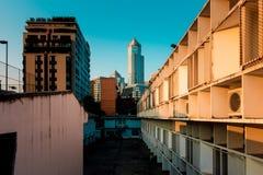 De dichtheid van Bangkok residentail de bouwkrottenwijk met luxebureau stock afbeelding