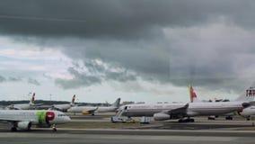 2 de diciembre de 2017: Aterrizaje de aeroplanos y lanzamiento en el aeropuerto, Portugal almacen de metraje de vídeo