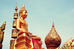 7 de diciembre de 2018, camino de Thep Khunakon, Na Mueang, Chachoengsao, estatua de Buda en la universidad para los monjes fotos de archivo