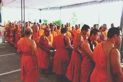 7 de diciembre de 2018, camino de Thep Khunakon, Na Mueang, Chachoengsao, Tailandia, limosnas del recept de los monjes en la univ imágenes de archivo libres de regalías