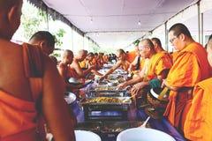 7 de diciembre de 2018, camino de Thep Khunakon, Na Mueang, Chachoengsao, Tailandia, limosnas del recept de los monjes en la univ fotos de archivo libres de regalías