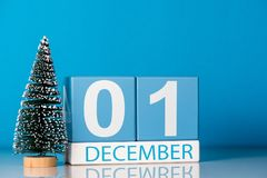 1 de diciembre día 1 del mes de diciembre, calendario con poco árbol de navidad en fondo azul Flor en la nieve Año Nuevo Imágenes de archivo libres de regalías