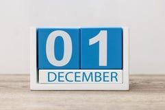 1 de diciembre día 1 del mes de diciembre, calendario en fondo ligero Flor en la nieve Imágenes de archivo libres de regalías
