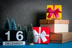 16 de diciembre Día de la imagen 16 de mes de diciembre, calendario en la Navidad y fondo del Año Nuevo con los regalos y poco Imágenes de archivo libres de regalías