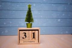 31 de diciembre día 31 de sistema de diciembre en calendario de madera en fondo de madera azul del tablón Imagen de archivo libre de regalías