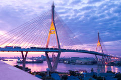 5 de diciembre de 2017, Bangkok, puente 2 Facili de Bhumibol del cielo de la salida del sol/de la puesta del sol Foto de archivo