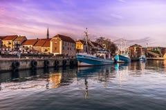 3 de diciembre de 2016: Barcos por el puerto por la ciudad de Helsingor, Imagen de archivo