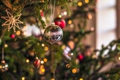 3 de diciembre de 2016: Bolas brillantes de la decoración de la Navidad dentro de Kronb Fotografía de archivo