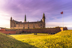 3 de diciembre de 2016: El castillo de Kronborg y de la bandera danesa, Foto de archivo