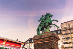 2 de diciembre de 2016: El monumento de un guerrero medieval en central hace frente Imagen de archivo