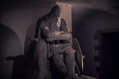 3 de diciembre de 2016: Estatua de Holger Danske dentro del castl de Kronborg Foto de archivo libre de regalías