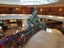 15 de diciembre de 2016, Kuala Lumpur Obra maestra del árbol de navidad en el pasillo del hotel Imagen de archivo libre de regalías