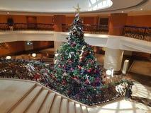 15 de diciembre de 2016, Kuala Lumpur Obra maestra del árbol de navidad en el pasillo del hotel Fotografía de archivo libre de regalías