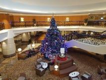 15 de diciembre de 2016, Kuala Lumpur Obra maestra del árbol de navidad en el pasillo del hotel Fotos de archivo libres de regalías