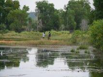 31 de diciembre de 2016 los otres varan Sihanoukville Camboya, dos pescadores jovenes que reparan las redes editoriales Foto de archivo libre de regalías
