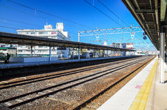 11 de diciembre de 2015, plataforma con las pistas ferroviarias contra el cielo azul en Japón Imágenes de archivo libres de regalías