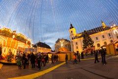 24 de diciembre de 2014 SIBIU, RUMANIA Luces de la Navidad, la Navidad justa, humor y el caminar de la gente Foto de archivo
