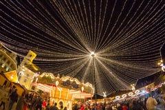 24 de diciembre de 2014 SIBIU, RUMANIA Luces de la Navidad, la Navidad justa, humor y el caminar de la gente Fotos de archivo libres de regalías
