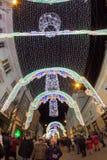 24 de diciembre de 2014 SIBIU, RUMANIA Luces de la Navidad, la Navidad justa, humor y el caminar de la gente Imágenes de archivo libres de regalías