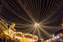 24 de diciembre de 2014 SIBIU, RUMANIA Luces de la Navidad, la Navidad justa, humor y el caminar de la gente Imagenes de archivo