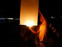 31 de diciembre de 2016 Sihanoukville Camboya, hombre que sostiene la linterna Imágenes de archivo libres de regalías
