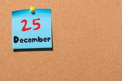 25 de diciembre Eve Christmas Día 25 del mes, calendario en tablón de anuncios del corcho Nuevo año del invierno Espacio vacío pa Fotografía de archivo