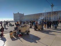 22 de diciembre de 2017, Lisboa, Portugal - los carros tradicionales de la castaña en el comercio ajustan Foto de archivo libre de regalías