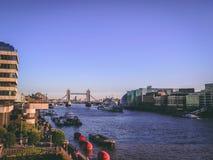 28 de diciembre de 2017, Londres, Inglaterra - vista de la ciudad de Londres con el puente de Londres en el fondo foto de archivo