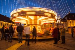 24 de diciembre de 2014 SIBIU, RUMANIA Luces de la Navidad, la Navidad justa, humor y el caminar de la gente Imagen de archivo libre de regalías
