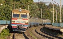 20 de diciembre de 2018 Ucrania, Bucha: El tren eléctrico se coloca en el ferrocarril Imagenes de archivo