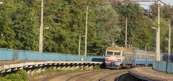 20 de diciembre de 2018 Ucrania, Bucha: El tren eléctrico se coloca en el ferrocarril Foto de archivo libre de regalías