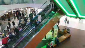 10 de diciembre de 2017 Ucrania Kiev, consumidor de la escalera móvil del comprador de la gente en el centro comercial almacen de video
