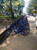 Is de Didi gedeelde fietsen aan de kant van de weg in dagtime-sharing zeer populair in China royalty-vrije stock afbeeldingen