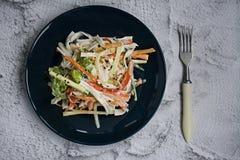 De dieetvoeding, verse groentesalade met imitatie van krabstok, kruidde met sojasaus en Japanse sesam Besnoeiing in stroken royalty-vrije stock afbeeldingen