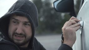 De dief breekt de auto stock video