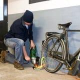 De dief van de fiets Stock Afbeeldingen