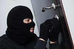 De dief van de inbreker bij huis het breken stock fotografie