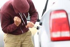 De diefstal en de onderbreking van de auto binnen Stock Fotografie