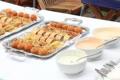 De dienbladen van het voedsel bij het dienen van lijst Royalty-vrije Stock Fotografie